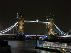 Tower Bridge bei Nacht.
